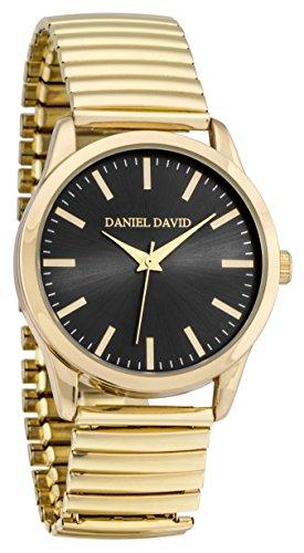Daniel David Herren zeigt mit Armband ausziehbar Farbe Gold und Zifferblatt schwarz